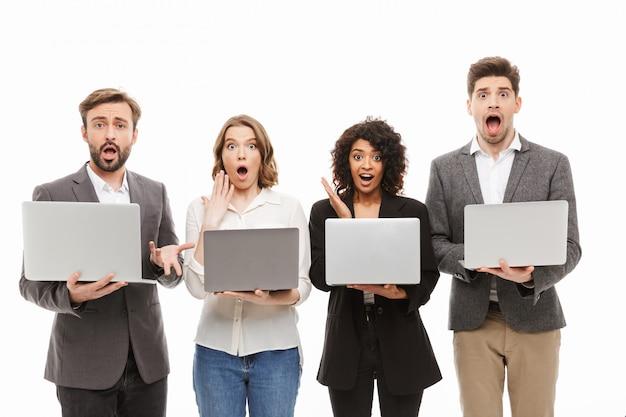 Portret grupy podekscytowanych wielorasowych ludzi biznesu