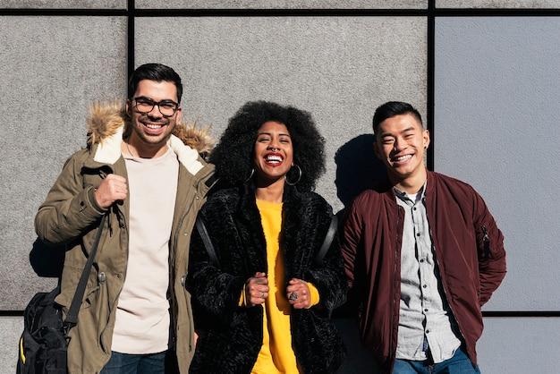Portret grupy przyjaciół patrząc w kamerę na ulicy. koncepcja przyjaźni.