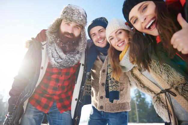 Portret grupy przyjaciół w śniegu