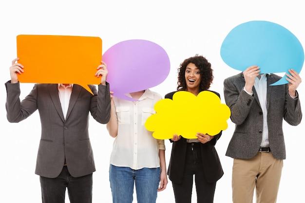 Portret grupy radosnych wielorasowych ludzi biznesu