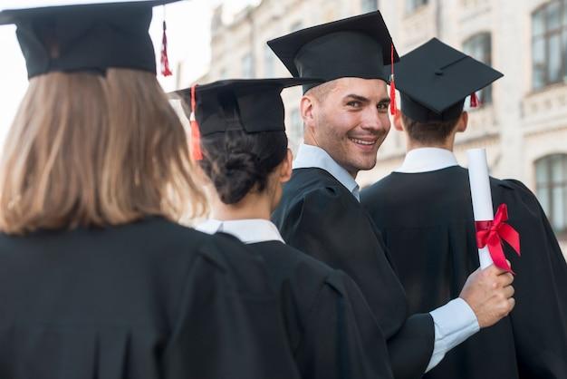 Portret grupy studentów świętujących ukończenie szkoły