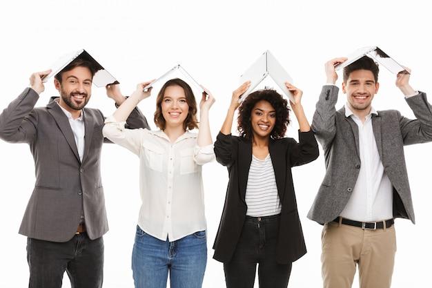 Portret grupy szczęśliwych wielorasowych ludzi biznesu
