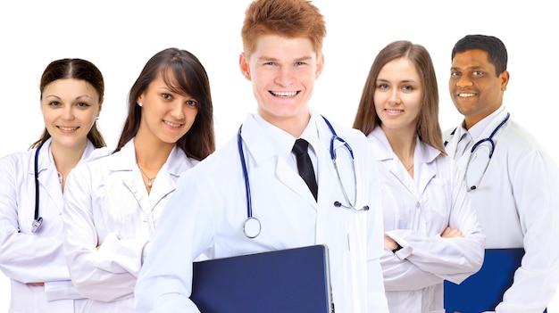 Portret grupy uśmiechniętych kolegów ze szpitala stojących razem