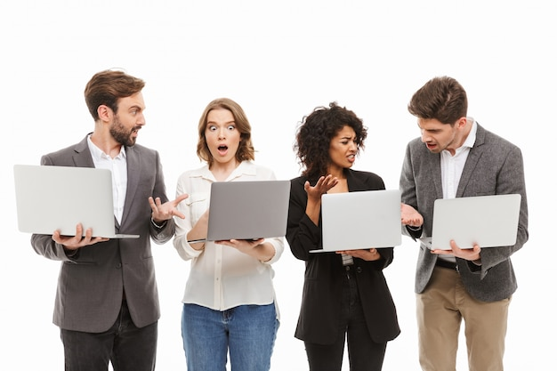 Portret grupy zdezorientowanych wielorasowych ludzi biznesu