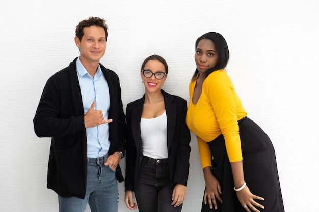Portret grupy zespołu kreatywnych biznes casual uśmiechający się stojący razem w miejscu pracy biura kreatywnego.