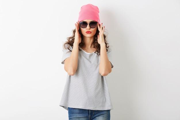 Portret hipster ładna kobieta w różowym kapeluszu, okulary przeciwsłoneczne, uśmiechnięty, szczęśliwy nastrój, na białym tle, zabawny, swobodny styl, t-shirt, letni strój moda