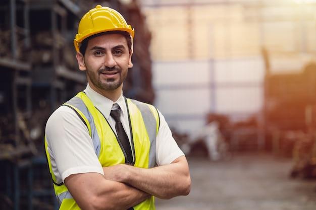 Portret hiszpanie łaciński mężczyzna inżynier pracownik fabryki stojący uśmiech patrząc kamera z miejscem na tekst