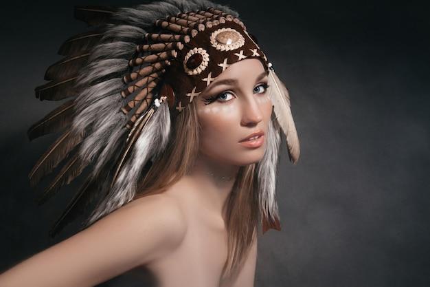 Portret idealna kobieta w stroju indian amerykańskich w dymie na szaro