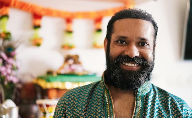 Portret indianina podczas festiwalu religii w domu - kultury hinduskie i koncepcja etniczna - skupić się na twarzy