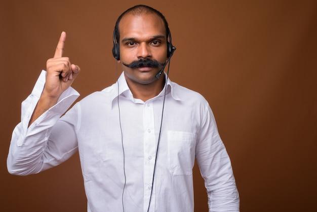 Portret indyjskiego biznesmena z wąsem jako przedstawiciel call center