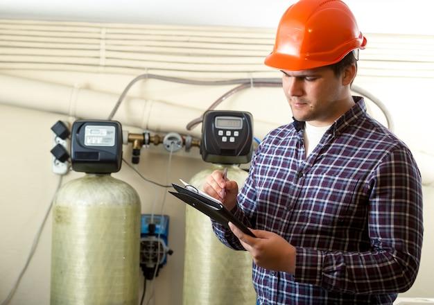 Portret inspektora sprawdzającego pracę urządzeń fabrycznych