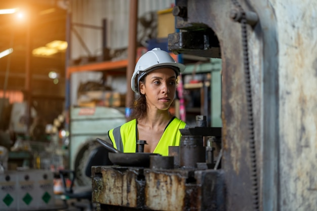 Portret inżyniera przemysłowego kobiety pracującej w fabryce.