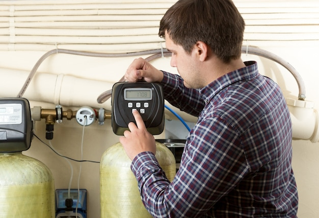 Portret inżyniera sprawdzającego mierniki ciśnienia w fabryce