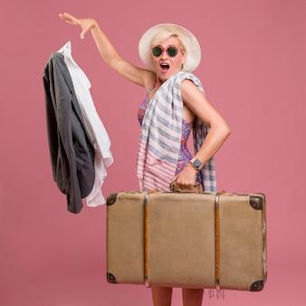 Portret iść na wakacje w średnim wieku kobieta