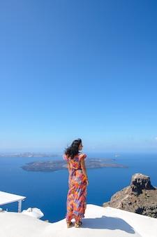 Portret izraelskiej kobiety. kobieta szuka morza śródziemnego na wyspie santorini.