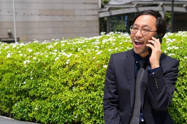 Portret japońskiego biznesmena coraz świeżego powietrza z naturą w mieście