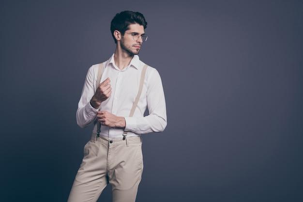 Portret jego ładny, atrakcyjny, imponujący elegancki, luksusowy, skupiony, brunetka, mężczyzna, macho, ustalający, guzik, patrząc na bok, pozowanie.