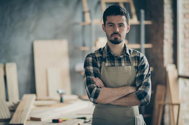 Portret jego miłego, atrakcyjnego, wykwalifikowanego, doświadczonego faceta, kreatywny inżynier, samozatrudniony, domowa pracownia, manufaktura w nowoczesnym wnętrzu z cegły przemysłowej w stylu loftu