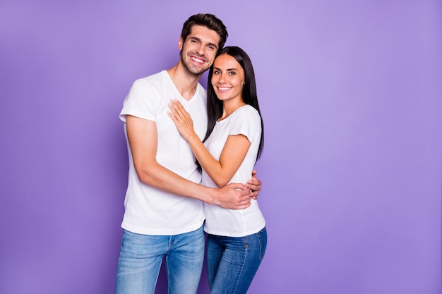 Portret jego on jej ona ładny atrakcyjny piękny uroczy czuły wesoły wesoły para kochanie partnerzy życiowi przytulanie na białym tle na fioletowym fioletowym liliowym kolorze pastelowym tle