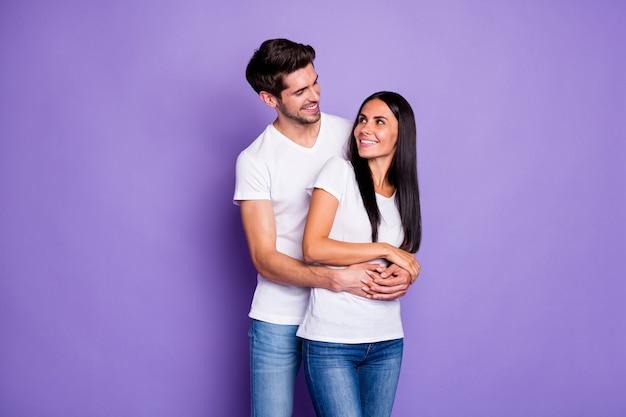 Portret jego on jej ona miła atrakcyjna urocza urocza słodka wesoła wesoła para ukochana bratnia dusza obejmująca spędzanie czasu na białym tle na fioletowym fioletowym liliowym kolorze pastelowym tle