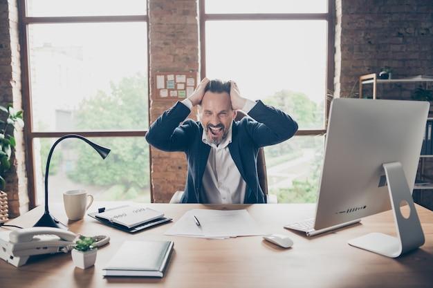 Portret jego on przystojny szalony zdewastowany nieszczęśliwy człowiek dyrektor generalny szef szef stracić pieniądze firma upadłość akcje indeks stopy spadek nie powiodła się na nowoczesnym poddaszu ceglany przemysłowy miejsce pracy