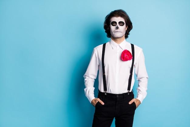 Portret jego on przystojny treści przerażający facet strój formalny trzymając się za ręce w kieszeniach kopia przestrzeń tematu korporacyjnego wydarzenie santa muerte na białym tle jasny żywy połysk żywy niebieski kolor tła