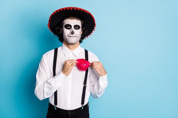 Portret jego przystojny przerażające treści wesoły nakładający facet dżentelmen ubrany sombrero dostosowanie świąteczny akcesorium santa muerte kult rytuał na białym tle jasny żywy połysk żywy niebieski kolor tła
