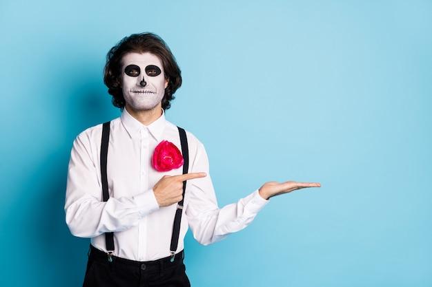 Portret jego przystojny wesoły przerażający facet strój formalny trzymający dłoń demonstrujący kopia pusta przestrzeń rada wybrać wybór na białym tle jasny żywy połysk żywy niebieski kolor tła