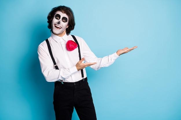Portret jego przystojny wesoły wesoły przerażający elegancki dżentelmen trzymający się na dłoni demonstrujący miejsce na reklamę na białym tle jasny żywy połysk żywy niebieski kolor tła