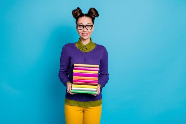 Portret jej jest ładna, atrakcyjna, całkiem inteligentna, inteligentna, wesoła dziewczyna geek, niosąca stos książek biblioteka na białym tle na jasny żywy połysk żywy niebieski zielony turkusowy turkusowy kolor tła
