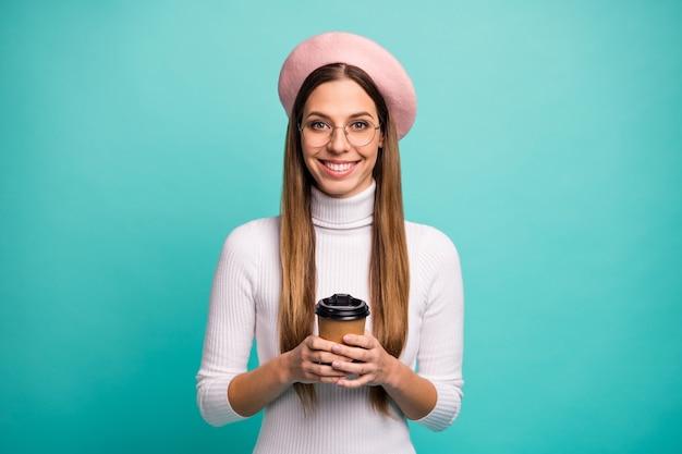 Portret jej jest miła atrakcyjna śliczna całkiem modna wesoła wesoła prostowłosa dziewczyna pijąca gorące latte espresso gorące kakao na białym tle nad jasnym żywym połyskiem żywy niebieski kolor tła