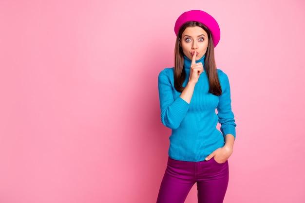 Portret jej ładnie wyglądającej atrakcyjnej uroczej ślicznej modnej brunetki pokazującej shh znak tajnej zniżki na sprzedaż.