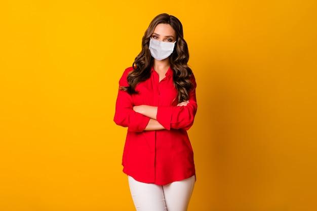 Portret jej ona atrakcyjna całkiem urocza falista dziewczyna założonymi rękami noszenie maski ochronnej stop skażenie grypą choroba na białym tle jasny żywy połysk żywy żółty kolor tła