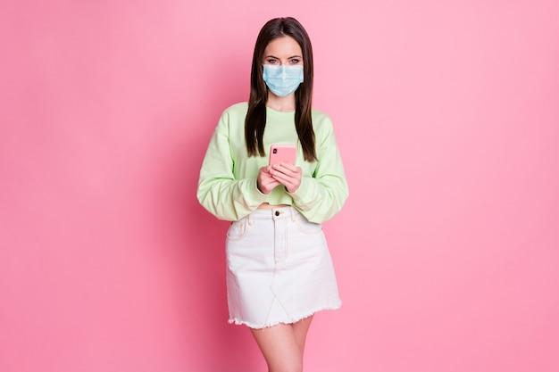 Portret jej ona atrakcyjna zdrowa dziewczyna nosić maskę z gazy bezpieczeństwa za pomocą urządzenia zamówienie sklep usługi internetowe pobyt dostawa do domu grypa mers cov zapobieganie na białym tle różowy pastelowy kolor tła