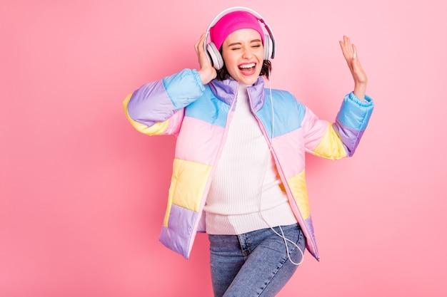 Portret jej ona miła atrakcyjna urocza wesoła wesoła radosna pozytywna dziewczyna korzystająca z utworu mp3 odtwarzacz audio hobby wolny czas na białym tle na różowym pastelowym tle