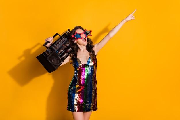Portret jej wygląda atrakcyjnie funky fajne wesołe wesołe falowane włosy dziewczyna niosąca boombox taniec zabawy na białym tle jasny żywy połysk żywy żółty kolor tła