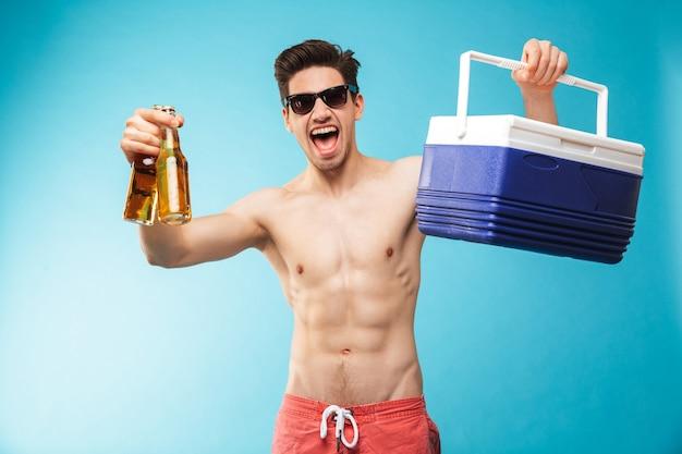 Portret, jeśli wesoły mężczyzna bez koszuli w spodenkach kąpielowych