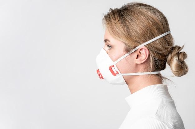 Portret jest ubranym chirurgicznie maskę młoda kobieta