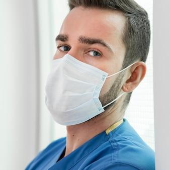 Portret jest ubranym maskę zapobiegającą pielęgniarka