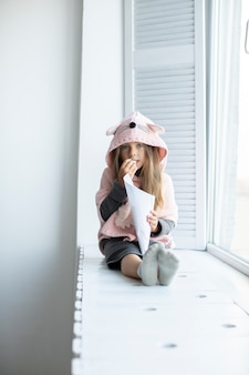 Portret jest ubranym różowego pulower mała dziewczynka
