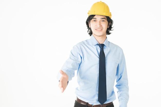 Portret kaukaski przystojny inżynieria mężczyzna jest ufny na białym tle