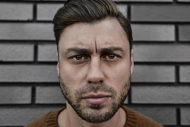 Portret kaukaski przystojny mężczyzna, który jest poważnie marszczy brwi. koncepcja twarzy emocjonalnej.