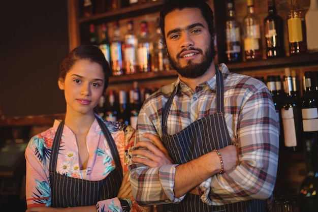 Portret kelnera i kelnerki stojącej z rękami skrzyżowanymi