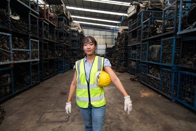 Portret kierowników magazynu lub pracownik azjatykcia kobieta pracująca w dużym magazynie dystrybucji starej części samochodowej.