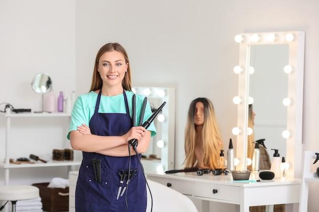 Portret kobiecego fryzjera w salonie