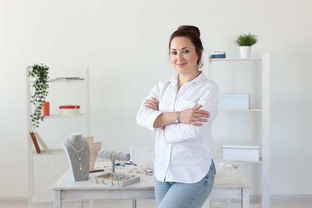 Portret kobiecej projektantki biżuterii koncepcja hobby i przyjemnej pracy