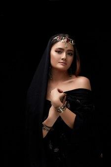 Portret kobiecej twarzy ozdobiony orientalną biżuterią