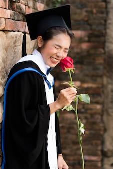 Portret Kobieta absolwentów noszą niebieski podziałka.