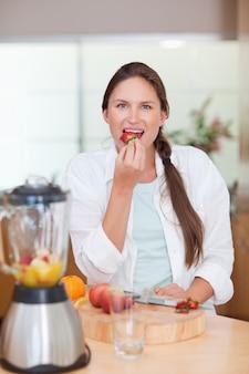 Portret kobieta je truskawki
