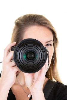 Portret kobieta ładny fotograf z kamerą na bielu